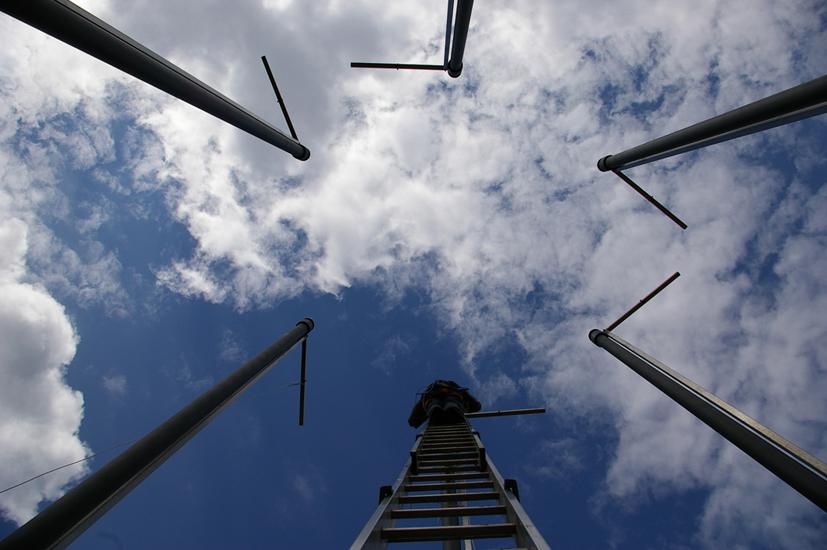 Montaggio di strutture adibite a bandiere alte 9 metri.