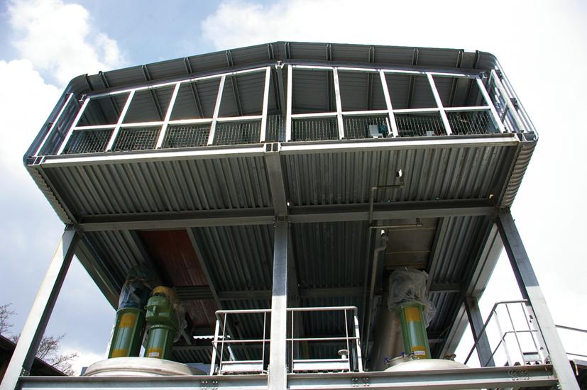 Struttura realizzata in ferro e lamiera ondulata in acciaio per ospitare  macchinari per un'azienda chimica.