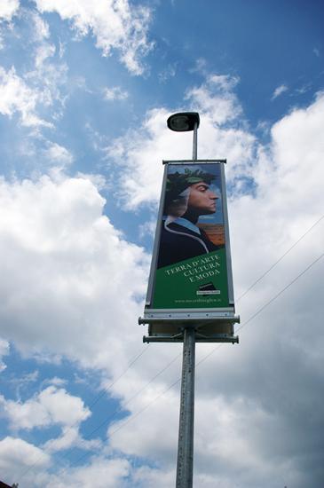 Banner pubblicitario flangiato per permetterne la posa su pali della luce.