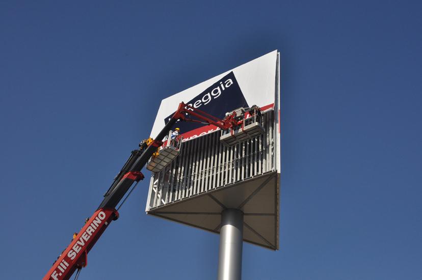 Stesura teli backlite 8 metri x 8 metri ad un'altezza di 30 metri.