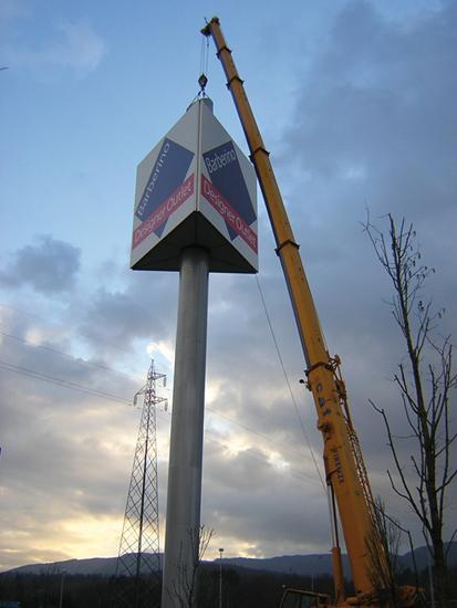 Fase di sollevamento e congiunzione del prisma al tubo ad un'altezza di 42 metri