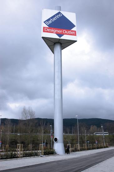 Visione d'insieme Mast Sign Barberino Designer Outlet proporzionato ad una persona.