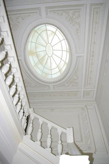 Lucernario realizzato in ferro e vetri curvati verniciati a conferire un effetto marmoreo.