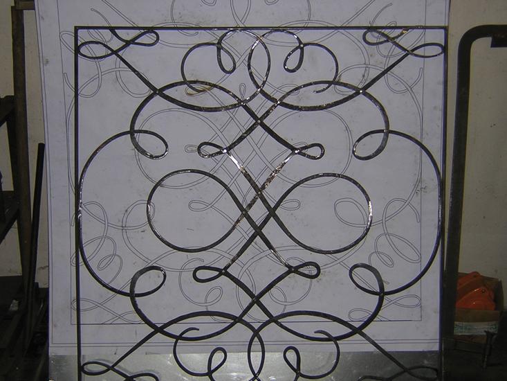 Inferiata in ferro battuto eseguita secondo disegno.
