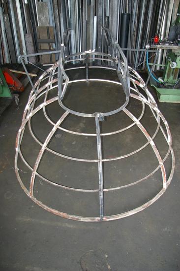 Scheletro in ferro di una copertura con apertura per evaquazione fumi automatica.